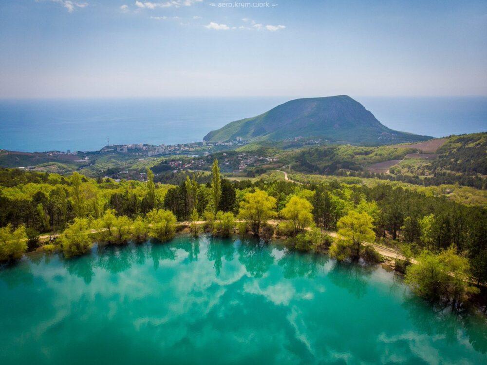 Бирюзовое озеро в Запрудном в Крыму